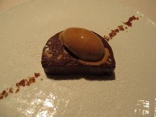 有機チョコレートのテリーヌ キャラメルジェラート添え