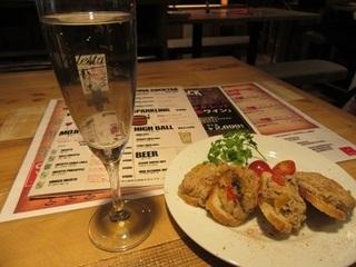 スパークリングワインと豚肉とナスのブルスケッタ